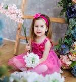 La muchacha linda está sosteniendo la flor en sus manos Imagenes de archivo