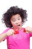 La muchacha linda está tomando el alambre eléctrico foto de archivo
