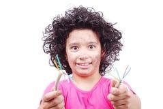 La muchacha linda está tomando el alambre eléctrico foto de archivo libre de regalías