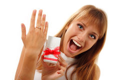 La muchacha linda feliz está mostrando el regalo de la tarjeta del día de San Valentín Fotos de archivo libres de regalías