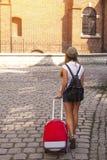 La muchacha linda joven viaja a través de las ciudades de Europa vieja imagen de archivo libre de regalías