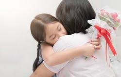 La muchacha linda que abraza y le da rosees de la flor, Foto de archivo