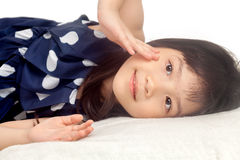 La muchacha linda se relaja en cama foto de archivo