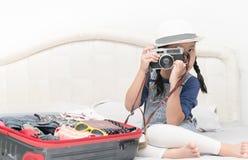 La muchacha linda toma imágenes de la cámara del vintage Fotos de archivo libres de regalías