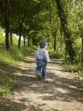 La muchacha linda va en una senda para peatones Fotografía de archivo