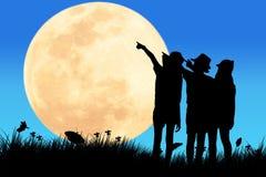 La muchacha linda ve la Luna Llena libre illustration