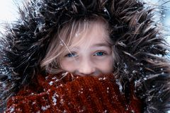 La muchacha linda vistió el exterior caliente en la nieve Foto de archivo libre de regalías