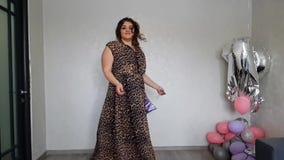 La muchacha llena hermosa con un globo gira almacen de metraje de vídeo