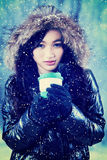 La muchacha lleva a cabo bebidas calientes en taza disponible Imagenes de archivo