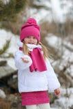 La muchacha lleva a cabo su mano en la nieve en un día de invierno Fotografía de archivo
