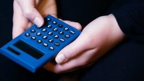 La muchacha lleva a cabo una calculadora solar y las cuentas, cantidad conveniente para los adolescentes de sensibilización a la  almacen de metraje de vídeo