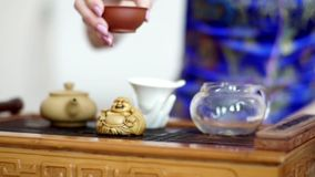 La muchacha lleva a cabo una ceremonia de té y observa todas las reglas necesarias metrajes