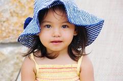 La muchacha lleva el sombrero foto de archivo libre de regalías