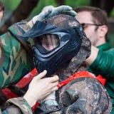 La muchacha lleva la máscara protectora para jugar Paintball Fotografía de archivo