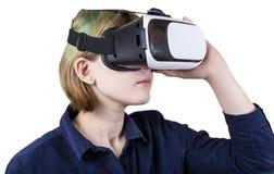La muchacha lleva las auriculares de VR aisladas en blanco Foto de archivo libre de regalías
