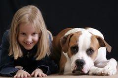 La muchacha mímico el perro Fotos de archivo libres de regalías