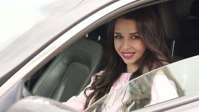 La muchacha magnífica cierra la ventanilla del coche, primer metrajes