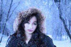 La muchacha magnífica en ropa del invierno mira la cámara Foto de archivo