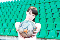 La muchacha mantiene la bola sus manos Fotos de archivo libres de regalías