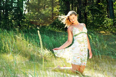 La muchacha maravillosa se coloca en rodillas imagen de archivo libre de regalías