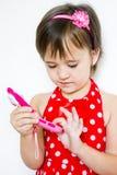la muchacha marca el número en el teléfono Fotos de archivo