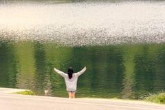 La muchacha medita las ventajas unidad y armonía con la naturaleza fotos de archivo