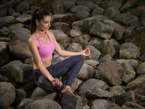La muchacha meditates en la posición de loto fotografía de archivo libre de regalías