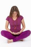 La muchacha meditates en la posición de loto Imagenes de archivo