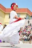 La muchacha mexicana realiza danza popular Imagen de archivo libre de regalías