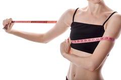 La muchacha mide el volumen de la pérdida de peso de pecho Foto de archivo libre de regalías