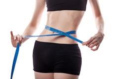 La muchacha mide la pérdida de peso de la cintura Fotografía de archivo libre de regalías