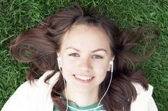 La muchacha miente con el jugador mp3 Imagen de archivo libre de regalías