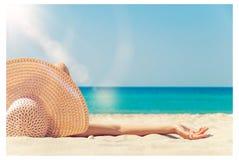 La muchacha miente en la playa Imagen de archivo libre de regalías