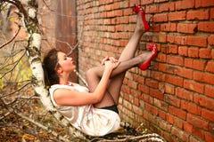 La muchacha miente en un árbol Foto de archivo libre de regalías