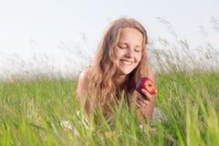 Muchacha con una manzana Imagen de archivo