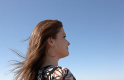 La muchacha mira adelante Imagen de archivo libre de regalías