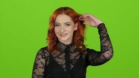 La muchacha mira alrededor y sonrisa linda Pantalla verde Cierre para arriba Cámara lenta metrajes