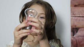 La muchacha mira el espiral incandescente almacen de video