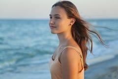 La muchacha mira el mar Imágenes de archivo libres de regalías