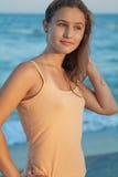 La muchacha mira la puesta del sol del mar Imágenes de archivo libres de regalías