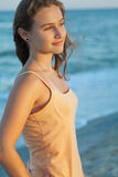 La muchacha mira la puesta del sol del mar Fotos de archivo