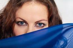 La muchacha mira sobre la bufanda Imagen de archivo libre de regalías