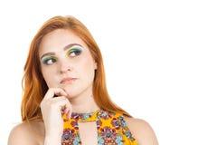 La muchacha mira sospechoso y mira al lado Ella está en duda Imágenes de archivo libres de regalías