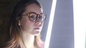 La muchacha mira una instalación visual almacen de video