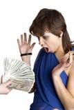 La muchacha mira una mano con los dólares Imagen de archivo