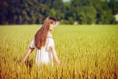 La muchacha modelo adolescente hermosa se vistió en vestido corto casual en el campo en la luz de Sun Fotografía de archivo libre de regalías