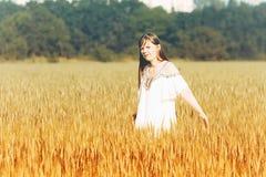 La muchacha modelo adolescente hermosa se vistió en vestido corto casual en el campo en la luz de Sun Foto de archivo libre de regalías