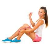 La muchacha modelo deportiva mide su pierna Imagen de archivo