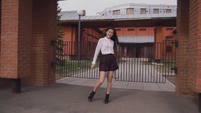 La muchacha modelo malasia endereza su peinado en slowmo y se levanta en la posición metrajes