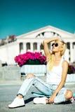 La muchacha modelo rubia joven hermosa en inconformista del verano viste con el monopatín Imagen de archivo